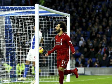 Gelandang Liverpool, Mohamed Salah, merayakan gol yang dicetaknya ke gawang Brighton pada laga Premier League di Stadion Vitality, Brighton, Sabtu (12/1). Brighton kalah 0-1 dari Liverpool. (AP/Gareth Fuller)