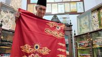 Penampakan batik corona karya Maestro Batik Cirebon Katura. Foto (Liputan6.com / Panji Prayitno)