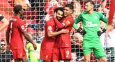 Para pemain Liverpool merayakan gol yang dicetak Mohamed Salah ke gawang Newcastle pada laga Premier League di Stadion Anfield, Liverpool, Sabtu (14/9). Liverpool menang 3-1 atas Newcastle. (AFP/Paul Ellis)