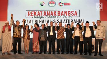 Menteri Pertahanan Ryamizard Ryacudu (lima kanan) foto bersama sejumlah tokoh saling bergenggam tangan saat Silaturahmi dan Halalbihalal bersama Presidium Alumni 212 di Hotel Sangri-la, Jakarta, Kamis (27/6/2019). (merdeka.com/Iqbal Nugroho)