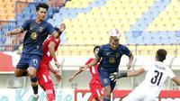 Striker Persela Lamongan, Melvyn Lorenzen (kedua dari kanan) menyundul bola ke gawang Persik Kediri yang membuahkan gol kedua timnya dalam laga Grup C Piala Menpora 2021 di Stadion Si Jalak Harupat, Bandung, Rabu (7/4/2021). Persela bermain imbang 2-2 dengan Persik. (Bola.com/Ikhwan Yanuar)