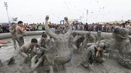 Suasana Festival Lumpur Boryeong ke-20 di Pantai Daecheon di Boryeong, Korea Selatan (21/7). Festival lumpur tahunan ke-20 ini selalu mengadakan berbagai perlombaan yang menggunakan arena berlumpur. (AP Photo/Ahn Young-joon)