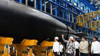 Jokowi meninjau kapal selam Alugoro produksi PT PAL. (Istimewa)