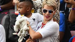 Istri Blaise Matuidi, Isabelle bersama anak bungsunya. (AFP/Odd Andersen)