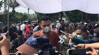 Adik kandung dari Markis Kido yang juga mantan pebulutangkis nasional, Bona Septano memberikan keterangan kepada wartawan usai mengikuti prosesi pemakaman kakaknya di TPU Kebon Nanas, Jakarta, Selasa (15/6/2021). (Foto: Bola.com/Erwin Fitriansyah)