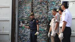 Dirjen Bea Cukai Heru Pambudi (kiri) menunjukkan kontainer berisi sampah plastik di Tanjung Priok, Jakarta, Rabu (18/9/2019). Sampah plastik bercampur limbah B3 asal Australia tersebut merupakan hasil penindakan terhadap PT HI, PT NHI, dan PT ART. (Liputan6.com/Angga Yuniar)