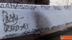 Citizen6,Surabaya: Mahasiswa FISIP UNAIR mengadakan aksi tanda tangan besar-besaran di selembar kain putih sepanjang 10 meter. karena kantin yang terbakar pada (2/2) lalu. (Pengirim: Ratih, Kelompok 8)