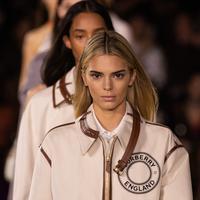 Model Kendall Jenner berjalan di catwalk untuk brand Burberry koleksi Spring/Summer 2020 di London Fashion Week pada Senin (16/9/2019). Dalam pagelaran fashion show kemarin, Kendall Jenner tampil mengejutkan dengan rambut pirang. (Photo by Vianney Le Caer/Invision/AP)
