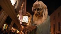 Boneka nenek sihir raksasa berjalan dikerumunan warga saat menghadiri Parade Halloween di Irlandia (30/10). Parade yang juga dikenal dengan Savage Grace Galway ini menghadirkan nenek sihir, serigala, dan burung hantu. (REUTERS/Clodagh Kilcoyne)