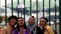 Massa dari Perempuan Peduli Indonesia berswafoto disela aksi mendukung pengesahan Perppu Ormas di depan Gedung DPR RI, Jakarta, Kamis (27/7). Kumpulan para ibu mendesak pemerintah untuk merealisasikan Perppu No 2 Tahun 2017. (Liputan6.com/Johan Tallo)