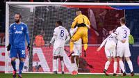 Kiper Lyon Anthony Lopes merayakan dengan bek Lyon Jason Denayer usai mengalahkan Juventus pada leg pertama babak 16 besar Liga Champions di Stadion Parc Olympique Lyonnais, Decines-Charpieu, Perancis, Rabu (26/2/2020). Lyon menang 1-0. (FRANCK FIFE/AFP)