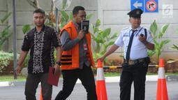 Anggota DPRD Kota Malang Syamsul Fajrih (tengah) tiba Gedung KPK, Jakarta, Kamis (22/11). Syamsul akan menjalani pemeriksaan lanjutan oleh penyidik KPK. (Merdeka.com/Dwi Narwoko)