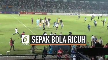 Laga Persela Lamongan versus Borneo FC berakhir ricuh. Suporter jebol pagar pembatas, mengincar wasit Wawan Rapiko yang memimpin laga di Stadion Surajaya, Lamongan, Senin (27/7/2019) malam.