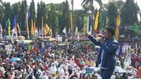 Danang mengajak puluhan ribu massa pendukung Khofifah-Emil berjoget (Liputan6.com/ Dian Kurniawan)