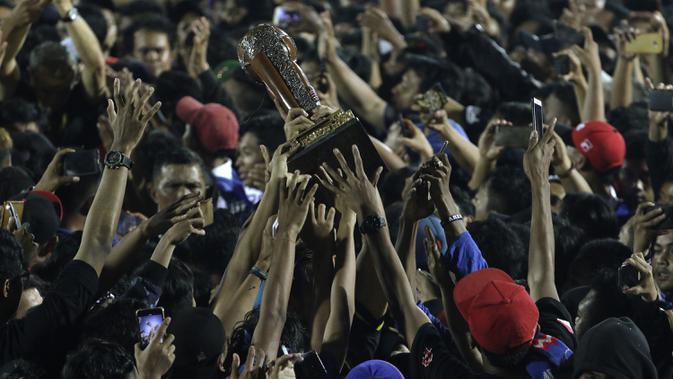 Pemain Arema FC merayakan gelar juara Piala Presiden 2019 usai menaklukkan Persebaya Surabaya di Stadion Kanjuruhan, Jumat (13/4). Arema FC menang 2-0 atas Persebaya. (Bola.com/Yoppy Renato)