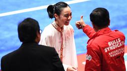 Atlet wushu Indonesia Lindswell menerima ucapan selamat dari Presiden Joko Widodo usai menyelesaikan nomor Taijijian Putri Wushu Asian Games 2018 di JIExpo Kemayoran, Jakarta, Senin (20/8). (ANTARA FOTO/INASGOC/Akbar Nugroho Gumay/nak/18)