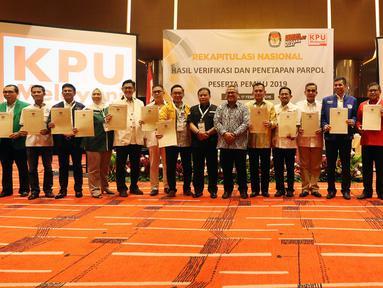 Ketua Komisi Pemilihan Umum Arief Budiman melakukan foto bersama perwakilan partai politik saat Rekapitulasi Nasional Hasil Verifikasi dan Penetapan Parpol Peserta Pemilu 2019, Jakarta (17/2). (Liputan6.com/JohanTallo)