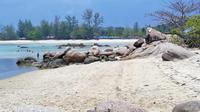 bagi pecinta wisata bahari bisa mengunjungi Pantai Trikora. Dari pusat Kota Tanjung Pinang, pantai ini berjarak sekitar 45 Km.
