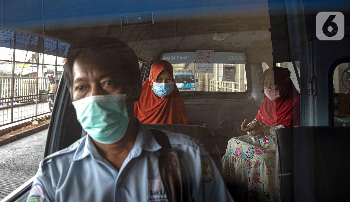 Sopir dan penumpang mengenakan masker dan menjaga jarak dalam angkutan umum Jak Lingko di Tanah Abang, Jakarta, Kamis (22/7/2021). Guna memutus penyebaran rantai COVID-19, Jak Lingko mewajibkan sopir dan penumpang menerapkan protokol kesehatan ketat. (Liputan6.com/Faizal Fanani)