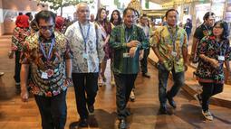 Menteri Pariwisata Arief Yahya (tengah) saat meninjau Paviliun Indonesia dalam rangka pertemuan tahunan IMF-Bank Dunia 2018 di Bali, Kamis (10/11). Paviliun Indonesia menunjukkan destinasi pariwisata yang ada di Indonesia. (Liputan6.com/Angga Yuniar)