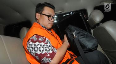 Direktur Utama Perum Perikanan Indonesia, Risyanto Suanda berada di dalam mobil tahanan usai menjalani pemeriksaan 1x24 jam oleh penyidik di Gedung KPK, Jakarta, Rabu (25/9/2019). KPK resmi menetapkan Risyanto sebagai tersangka. (merdeka.com/Dwi Narwoko)