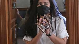 Aktris Wulan Guritno saat menghadiri sidang cerai dengan Adila Dimitri di Pengadilan Agama Jakarta Selatan, Kamis (18/3/2021). Adila Dimitri tak menghadiri sidang perdana perceraian tersebut. (Liputan6.com/Herman Zakharia)