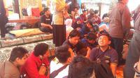 Pemaksaan untuk mengosongkan asrama oleh pengelola Wyata Guna Bandung, membuat 41 difabel netra penghuni asmara tersebut terpaksa tinggal di trotoar Jalan Pajajaran.