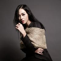 Aura Kasih. (Outfits by @yosepsinudarsono, Accessories @houseofjealouxy, Photogrpaher @mariophotographie, Fashion Stylist @iwanlatiff, Make-up artis @bdtvrclist / Bintang.com)