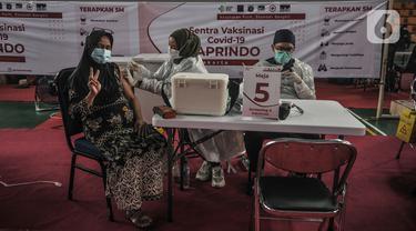 Peserta menerima vaksin AstraZeneca di Sentra Vaksinasi Covid-19, GOR Kemayoran, Kamis (3/6/2021). Pemkot Jakpus menggelar Sentra Vaksinasi Covid-19 untuk PKL, karyawan ritel, dan pelaku UMKM di GOR Kemayoran guna memberikan kekebalan kelompok di sektor perekonomian. (merdeka.com/Iqbal S Nugroho)