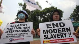 Massa berunjuk rasa memperingati Hari Buruh Migran Internasional 2018 di depan Istana Merdeka, Jakarta, Selasa (18/12). Mereka meminta pemerintah menciptakan layanan kesehatan dan pendidikan gratis bagi Buruh Migran Indonesia. (Merdeka.com/Imam Buhori)