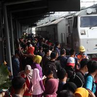 Peserta mudik gratis bareng PDIP bersiap menaiki kereta api di Stasiun Pasar Senen, Jakarta, Selasa (12/6). Mudik garatis ini dengan tujuan Stasiun Surabaya, Malang, Yogyakarta, dan Semarang. (Liputan6.com/Angga Yuniar)
