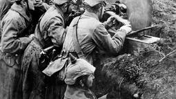 Pasukan Jerman memegang senapan mesin dalam parit saat berlangsungnya Perang Dunia I di Sungai Vistula, Rusia, 1916. Perang Dunia I melibatkan semua kekuatan besar dunia. (AP-Photo, File)