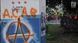 Coretan yang dibuat buruh terlihat di kawasan Sarinah, Jakarta, Selasa (1/5). Aksi May Day di Jakarta meninggalkan jejak vandalisme yang dibuat kaum pekerja itu. (Merdeka.com/ Iqbal S. Nugroho)