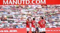 Penyerang Manchester United, Anthony Martial (kiri) berselebrasi dengan rekan-rekannya usai mencetak hattrick ke gawang Sheffield United pada pertandingan lanjutan Liga Inggris di Old Trafford di Manchester, Inggris (24/6/2020). MU menang telak 3-0 atas Sheffield United. (Michael Regan/Pool via AP)