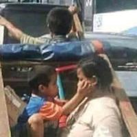 Bahagia itu sederhana, sesederhana melihat potret ibu dan anak di gerobak yang tengah menjadi viral ini. (Foto: @motikatrok/twitter.com)