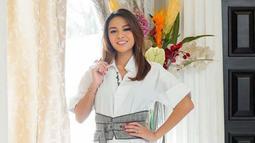Pemilik nama lengkap Titania Aurelie Nurhermansyah ini beberapa kali terlihat menggunakan sebuah simple dress dengan warna putih. Penampilannya ini pun terlihat anggun dan memesona dengan makeup natural. (Liputan6.com/IG/@aurelie.hermansyah)