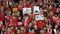 Suporter Timnas Indonesia saat laga melawan Filipina di SUGBK, Jakarta, Minggu (25/11/2018). (Bola.com/Muhammad Iqbal Ichsan)