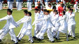 Pasukan Paskibraka saat mengikuti upacara Peringatan Hari Kemerdekaan ke-71 RI di Istana Merdeka, Jakarta, Rabu (17/8). Jumlah anggota Paskibraka yang bertugas pada upacara kali ini 67 orang. (Liputan6.com/Faizal Fanani)