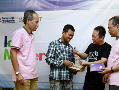 CEO PT SAM Element Indonesia Agustinus Rudy (kedua kanan) menyerahkan modul kit IoT kepada perwakilan peserta IoT Makers Creation di Tangerang, Kamis (25/7/2019). IoT di Tangerang mencoba platform lokal yang dikembangkan oleh SAM Element dalam workshop IoT Makers Creation 2019. (Liputan6.com/HO/Ady)