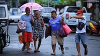 Warga dievakuasi dari rumah mereka di daerah pesisir Kota Legaspi, provinsi Albay di selatan Manila pada 25 Oktober 2020, menjelang badai tropis yang diperkirakan akan terjadi di tanah Molave. (AFP / Charism SAYAT)