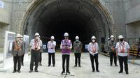 Presiden Jokowi meninjau lokasi Tunnel #1 kereta cepat Jakarta-Bandung yang berlokasi di Km 5+500 Tol Jakarta-Cikampek. Foto: Kris - Biro Pers Sekretariat Presiden