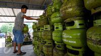 Petugas menata tabung gas elpiji ukuran 3 kg yang akan didistribusikan, Depok, Senin (22/6/2015). Pertamina menjamin pasokan gas elpiji aman hingga menjelang Lebaran 2015. (Liputan6.com/Yoppy Renato)