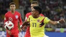 Gelandang Kolombia, Juan Cuadrado, berusaha melewati bek Inggris, Kieran Tripper, pada babak 16 besar Piala Dunia di Stadion Spartak, Moskow, Selasa (3/7/2018). Inggris menang 1-1 (4-3) atas Kolombia. (AP/Ricardo Mazalan)