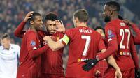 Gelandang Liverpool, Georginio Wijnaldum (kiri) berselebrasi dengan rekan-rekannya usai mencetak gol ke gawang KRC Genk pada pertandingan lanjutan Grup E Liga Champions di Stadion Anfield, Inggris (5/11/2019). Liverpool menang tipis 2-1 atas Genk. (AP Photo/Jon Super)