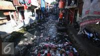 Kondisi kesemrawutan pemukiman pinggir kali dikawasan Tanah Abang, Jakarta, Kamis (5/1). Badan Pusat Statistik melansir jumlah penduduk miskin hingga September tahun lalu turun menjadi 27,76 juta orang dibandingkan Maret 2016. (Liputan6.com/Angga Yuniar)