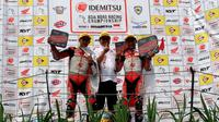 "Dua pebalap AHRT meraih podium tertinggi Asia Road Racing Championship 2018 di Sirkuit Sentul, Rheza Danica Ahrens di kelas AP250 dan Andi ""Gilang"" Farid Izdihar di kelas 600cc."