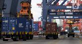 Suasana aktivitas bongkar muat peti kemas di Pelabuhan Tanjung Priok, Jakarta Utara, Rabu (16/6/2021). Badan Pusat Statistik (BPS) mencatat neraca perdagangan Indonesia pada bulan Mei 2021 kembali surplus sebesar USD 2,36 miliar dan menjadi tertinggi sepanjang tahun 2021. (Liputan6.com/Johan Tallo)