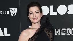 Aktris Anne Hathaway berpose untuk fotografer di karpet merah premiere film 'Colossal' di New York City, AS, Selasa (28/3). Anne menyempurnakan gayanya dengan clutch Jean Solid hitam dari Edie Parker. (Photo by Evan Agostini/Invision/AP)