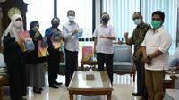 Empat pimpinan DPRD Surabaya berkunjung ke Kantor Rektorat Unair, dan berdiskusi dengan Rektor Prof M Nasih tentang  penanganan Covid-19, Senin (15/6/2020).(Foto: Liputan6.com/Dian Kurniawan)
