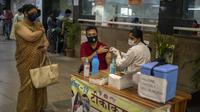 Seorang pria mendapat vaksin COVID-19 di rumah sakit pemerintah di Noida, pinggiran New Delhi, India, Rabu (7/4/2021). India mencapai puncak baru dengan 115.736 kasus COVID-19 dalam 24 jam. (AP Photo/Altaf Qadri)